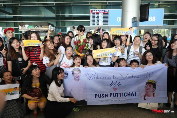 Các fan chờ đợi Push Puttichai từ rất sớm