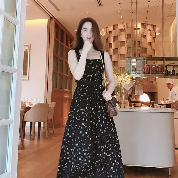 Ngọc Trinh chưng diện chiếc váy hoa xòe bồng nhẹ nhàng. Sắc đen của trang phục tưởng chừng khiến người mặc trở nên già dặn nhưng hóa ra lại góp phần làm tôn lên làn da trắng muốt của người đẹp.