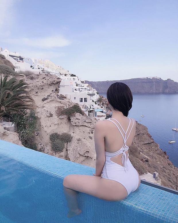 Hoa hậu Lam Cúc diện đồ bơi cắt xẻ táo bạo, hở trọn tấm lưng trần cùng làn da trắng muốt.