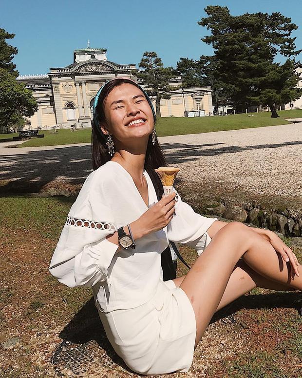 Cùng lựa chọn Nhật Bản là điểm đến du lịch trong mùa hè này, Cao Thiên Trang diện chiếc váy trắng tay rua bồng, phối cùng hoa tai bản to tạo nên vẻ ngoài tươi trẻ.