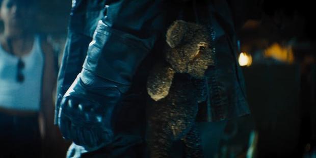 Chú gấu bông là thứ còn lại duy nhất của cô con gái Hope mà Cable mang theo.