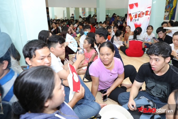 Bên trong phòng chờ, hàng trăm phụ huynh cùng các bé háo hức chờ đến lượt dự thi của mình.