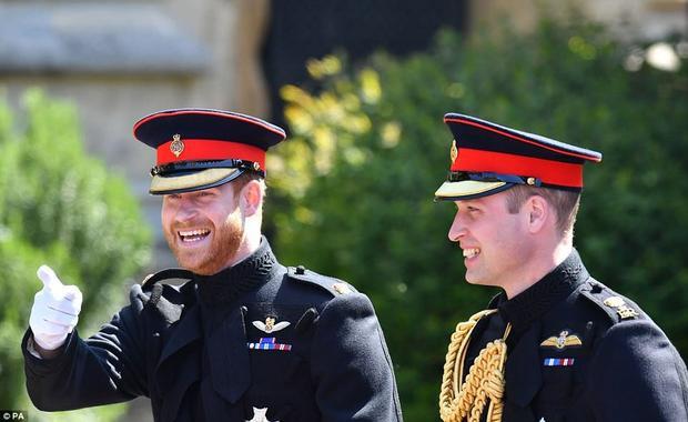 """Hoàng tử Harry cười rạng rỡ cùng Hoàng tử William bước vào nhà nguyện St. George trong lâu đài Windsor trưa 19/5. Đám cưới Hoàng tử Harry và nữ diễn viên người Mỹ Meghan Markle là sự kiện được mong chờ nhất tại Anh trong năm nay và được ví như """"đám cưới thế kỷ"""" bởi tính đặc biệt.Markle cũng là nhân vật đa chủng tộc đầu tiên bước vào gia đình danh gia vọng tộc nhất nước Anh khi kết hôn với Hoàng tử Harry. Ảnh PA"""