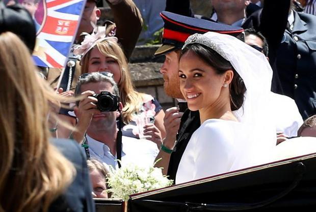 Người tới tham gia đều muốn ghi lại khoảnh khắc về đám cưới thế kỷ này. Ảnh Reuters