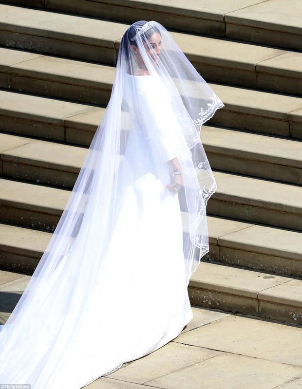 Meghan Markle duyên dáng trong bộ váy cưới màu trắng trơn một màu, kiểu dáng chữ A. Ảnh Getty Images