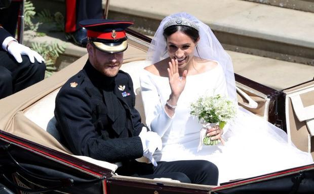 Công tước Harry và Meghan vẫy tay chào người dân hai bên đường quanh khu vực lâu đài Windsor. Ảnh Reuters