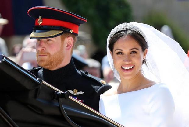 Meghan Markle cười tươi rói khi đi diễu hành quanh lâu đài. Ảnh Reuters