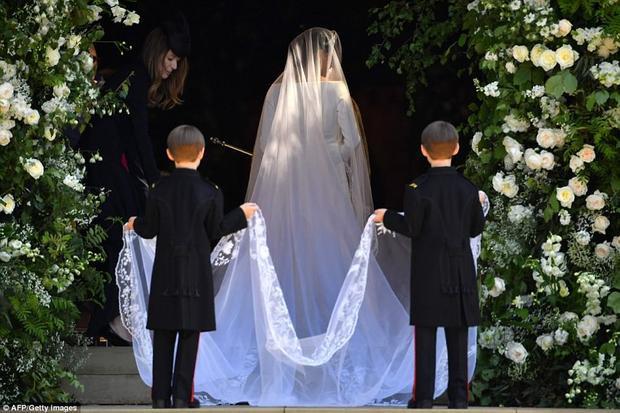 Chiếc khăn voan trùm đầu dài 5 m giúp cô trông duyên dáng hơn. Bộ váy cưới này của Meghan có trị giá lên tới 3 tỷ đồng. Ảnh AFP