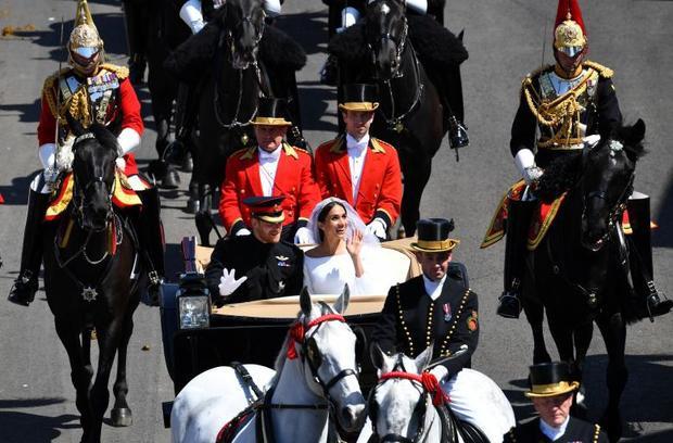Cỗ xe ngựa của cặp đôi do 4 chú ngựa kéo. Sau 25 phút diễu hành, cặp đôi lại quay trở về nhà nguyện.Hoàng tử Harry sẽ được trao tước hiệu Công tước xứ Sussex còn vị hôn thê Meghan Markle sẽ chính thức trở thành Nữ Công tước xứ Sussex sau lễ cưới đẹp như mơ.