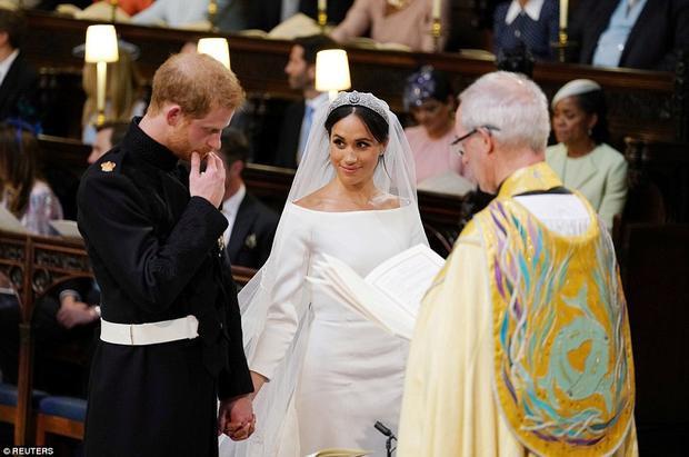 """Hoàng tử Harry rất xúc động khi sắp trở thành """"chồng người ta"""". Vậy là từ giờ phút này, Hoàng tử Harry đã trở thành Công tước và Meghan Markle là Nữ Công tước xứ Sussex. Ảnh Reuters"""