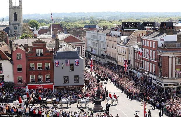 Người hâm mộ gia đình Hoàng gia Anh đổ ra đường chào đón Công tước và Nữ công tước xứ Sussex.