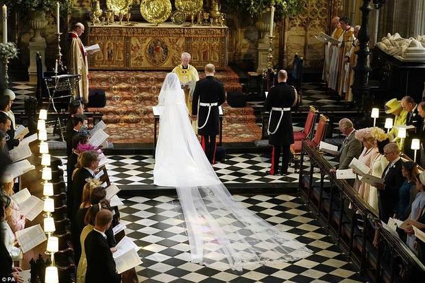 Cặp đôi bắt đầu lời thề nguyền theo đúng nghi thức hôn lễ trước sự chứng kiến của hàng trăm quan khách.