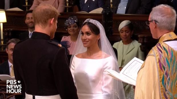Giây phút cô dâu, chú rể trao lời thề.