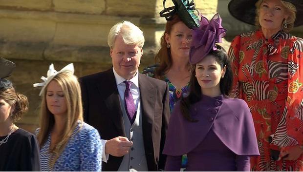 Earl Spencer, chú của Hoàng tử Harry đi cùng với vợ, hai vợ chồng ông Spencer cũng đến nhà nguyệt từ buổi sáng.