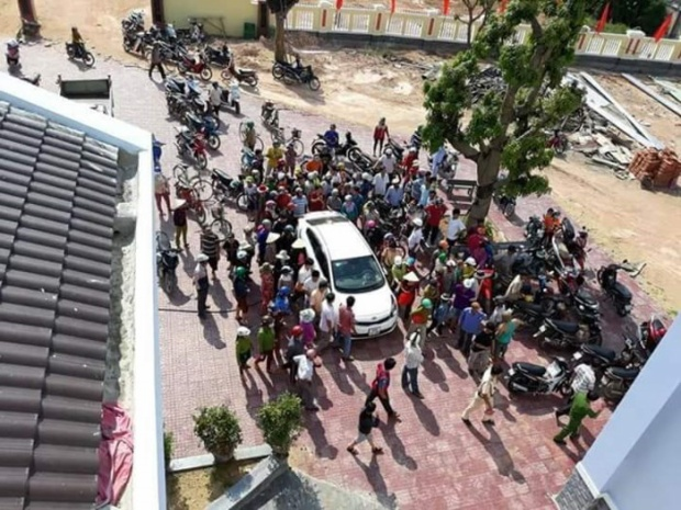 Người dân tập trung tại UBND xã để xem giải quyết vụ việc. Ảnh Vietnamnet.