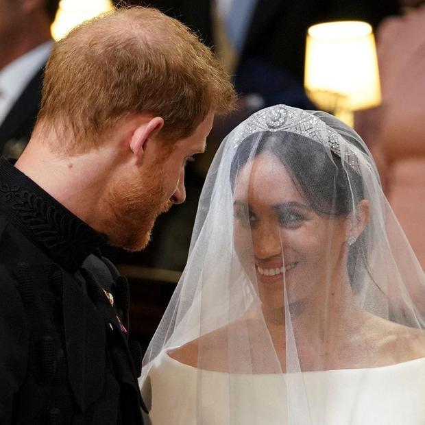 Cặp đôi trao nhau ánh mắt trìu mến.