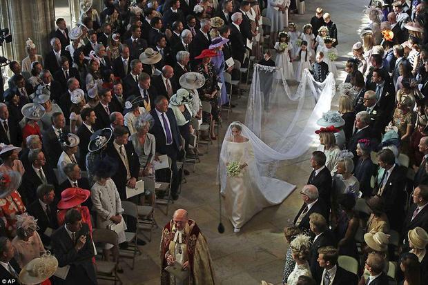Cô dâu Meghan tiến vào lễ đường.