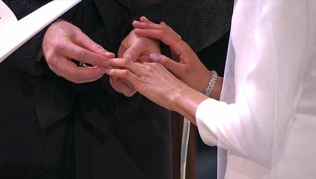 Cặp đôi trao nhẫn.