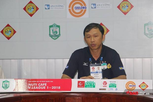 HLV Dương Minh Ninh cho rằng HAGL xứng đáng hưởng phạt đền ở tình huống Công Phượng ngã trong vòng cấm.