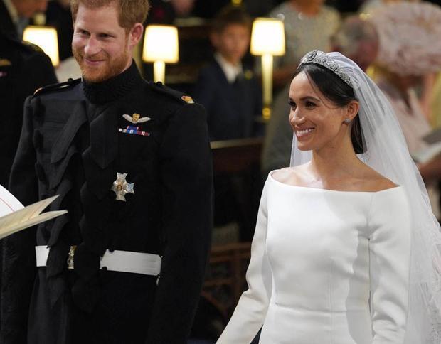 Hai người nắm chặt tay nhau cùng trải qua các nghi thức trong hôn lễ.
