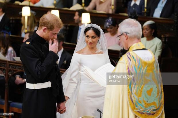 Cô dâuMeghan trông vô cùng xinh đẹp trong bộ váy cưới giản dị với mái tóc búi cao gọn gàng.