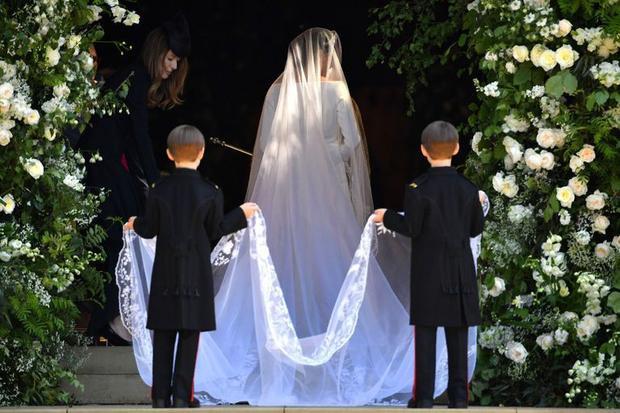 Bởi trước đó theo nhiều tin đồn đoán, tân công nương đã chọn một chiếc váy có đính kết cầu kỳ của Ralph & Russo - NTK nổi tiếng trong ngành công nghiệp váy cưới Anh đến 100,000 bảng Anh - tương đương 3 tỷ đồng.