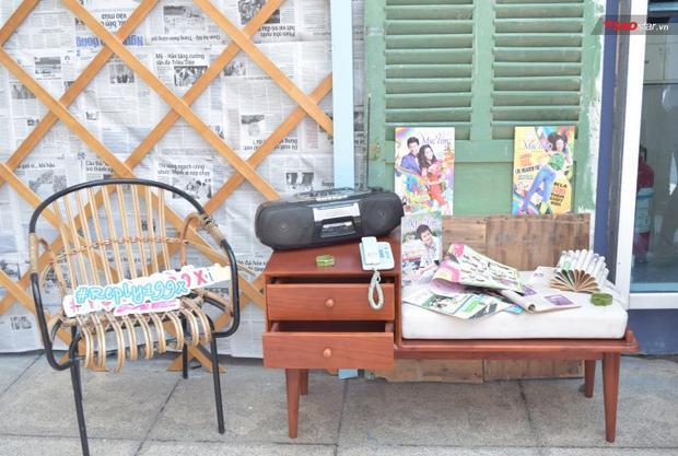 Một góc xưa cũ với đài cassette, báo mực tím, hoa học trò, điện thoại bàn…