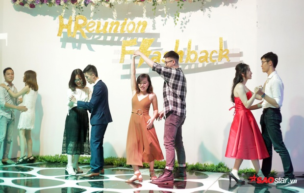Các sinh viên và giảng viên của trường cùng nhau hòa nhịp trong phần khiêu vũ lãng mạn, ngọt ngào