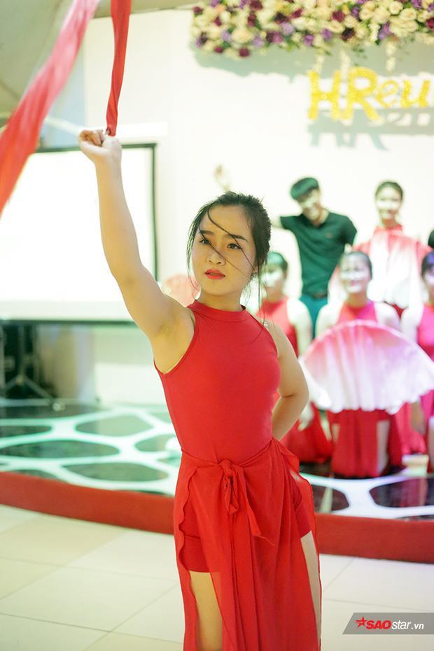 Diễn Lạc trôi ở prom chia tay khóa cuối, nữ sinh ĐH Kinh tế Quốc dân gây thương nhớ với vẻ đẹp kiêu sa