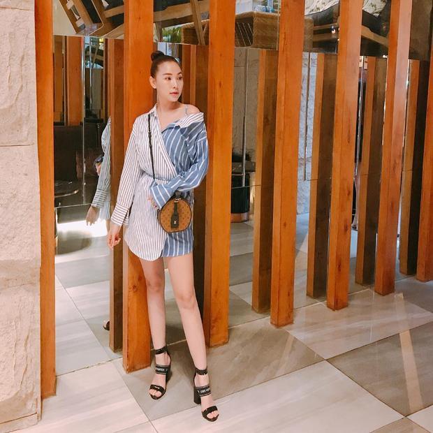 """Chiếc váy ngắn lấy ý tưởng từ áo sơ-mi phối hai thân màu riêng biệt đem lại cho Quỳnh Thư vẻ khác lạ, khó bị """"đụng hàng"""" cùng ai."""