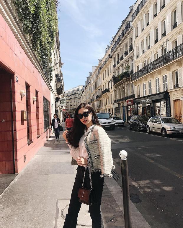 Tuy khá kín tiếng về việc dùng hàng hiệu, nhưng khi tung tăng tại trời Tây, Đỗ Mỹ Linh lại chẳng ngại chưng diện cây đồ đắt giá gồm áo tweed Chanel cùng túi xách YSL thời thượng.