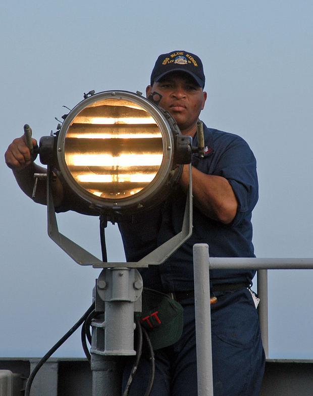 Mã Morse có thể được thể hiện bằng âm thanh hoặc hình ảnh (tín hiệu đèn, gương…) để truyền thông tin.