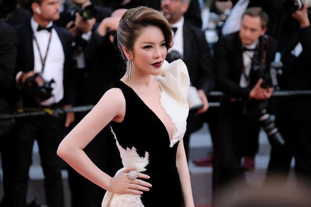 Lý Nhã Kỳ diện bộ váy kết hợp hai tông màu đen trắng, sự đối lập một phần thể hiện phong thái tự do, một phần cho thấy nét huyền bí.