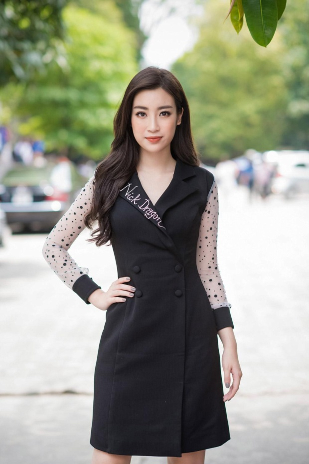 """Tuy nhan sắc vẫn rất xinh đẹp, nhưng khi ngắm nhìn dung mạo này của Đỗ Mỹ Linh, công chúng ao ước giá như nàng cứ diện những bộ váy xòe bồng, công chúa như trước, tuy có """"nhạt"""" nhưng vẫn ổn hơn hình tượng """"bà cô"""" này nhiều."""