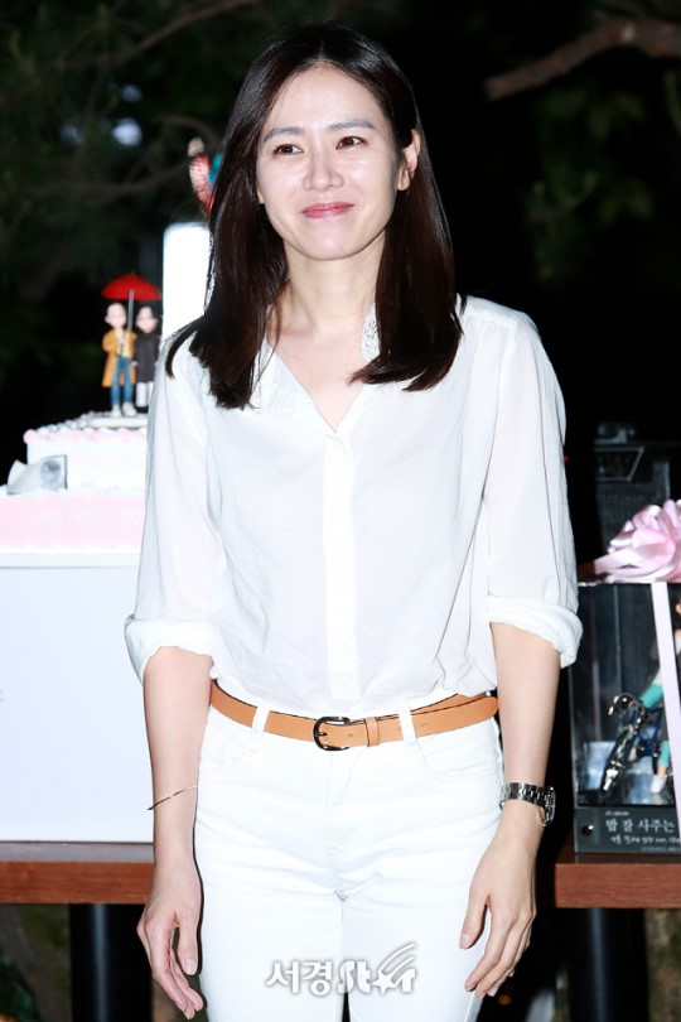 Son Ye Jin bỗng chuẩn men cùng Jung Hae In rạng rỡ trong buổi tiệc kết thúc phim Chị đẹp mua cơm ngon cho tôi