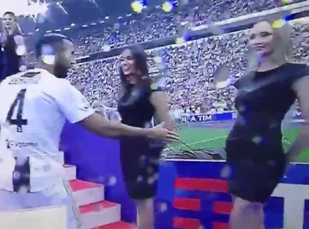 Mehdi Benatia chủ động muốn bắt tay với người mẫu xinh đẹp.