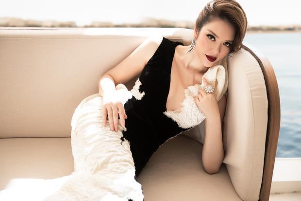 Váy dáng tulip xoè phần dưới tạo nên sự lộng lẫy nhưng vẫn giữ nét đẹp cổ điển.Trang sức đắt đỏ tạo nên điểm nhấn không thể thiếu trong những bộ trang phục của Lý Nhã Kỳ tại Cannes lần này