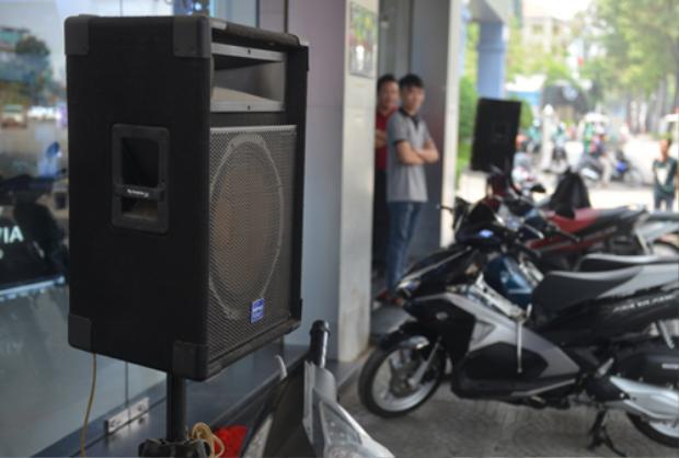 Cửa hàng trên đường Trần Hưng Đạo (quận 1) để hai loa mở nhạc lớn thu hút khách. Ảnh: Sơn Hòa.