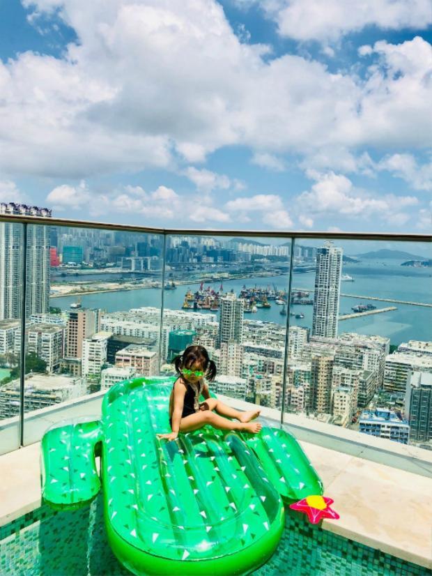 """Tưởng Lệ Toa - bà xã Trần Hạo Dân hôm 17/5 chia sẻ trên trang cá nhân loạt hình ảnh cả nhà vui chơi ở bể bơi ngoài trời. Bể bơi là một phần tiện ích trong căn hộ áp mái mà cặp đôi nổi tiếng Hong Kong thuê, giá tiền mỗi tháng khoảng 100.00 HKD (gần 290 triệu đồng). Cả gia đình Trần Hạo Dân đã chuyển về căn hộ này từ năm ngoái, sau khi """"quân số"""" gia đình tăng lên 6 người, khiến cho ngôi nhà cũ trở nên chật chội."""