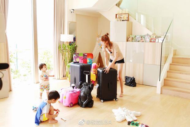 Bên cạnh các tiện ích ngoài trời, căn hộ áp mái có hai tầng, tạo không gian sống rộng rãi cho 4 đứa con đang tuổi nghịch ngợm, hiếu động, chưa kể phòng riêng cho người giúp việc, vú em…