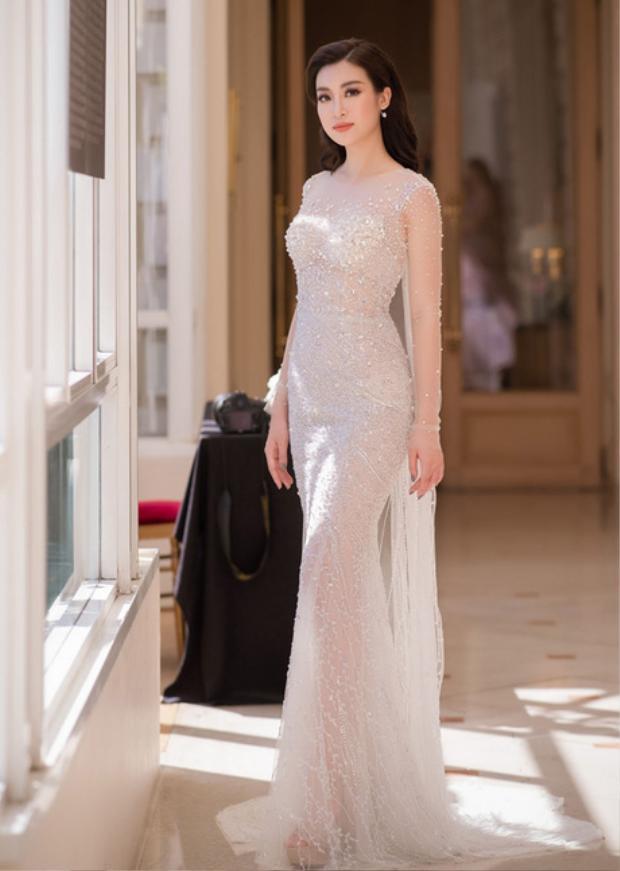 Đỗ Mỹ Linh khoe sắc vóc trời cho cùng thiết kế đuôi cá lấp lánh, có phần vạt phía sau. Tuy nhận nhiều nghi ngại về gu thời trang lên xuống thất thường, nhưng không thể phủ nhận, Hoa hậu Việt Nam 2016 trông rất đẹp khi diện những bộ váy nhẹ nhàng, công chúa thế này.