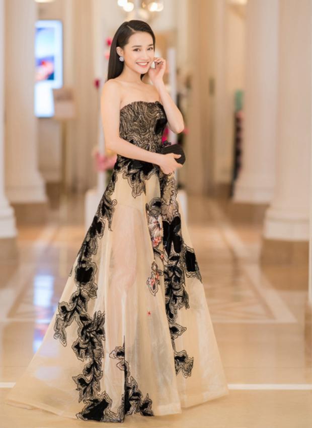 Tham dự một sự kiện thời trang, Nhã Phương trở thành tâm điểm chú ý khi thể hiện nhan sắc quyến rũ, ngọt ngào trong chiếc váy cúp ngực xòe bồng kiểu công chúa. Gam màu đen được sử dụng một cách ý nhị khiến nữ diễn viên không hề trở nên già nua mà còn đem lại vẻ sang trọng.