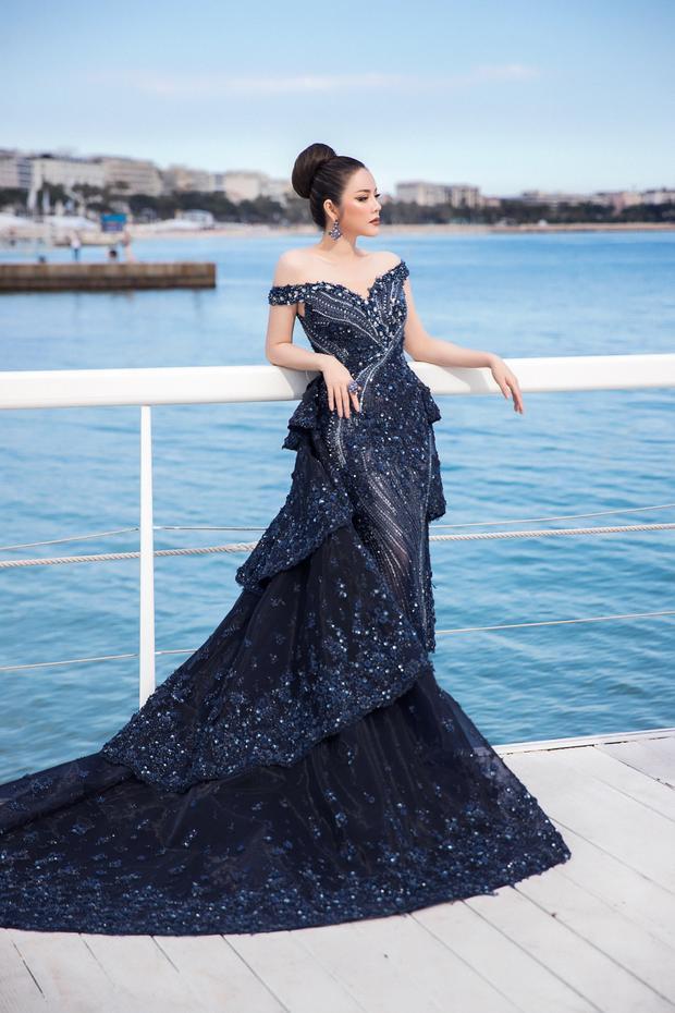 Lần khác, Lý Nhã Kì lại trở thành tâm điểm chú ý khi khoe dáng trong chiếc váy dạ hội màu xanh, thể hiện hình tượng một chú công kiêu kỳ.