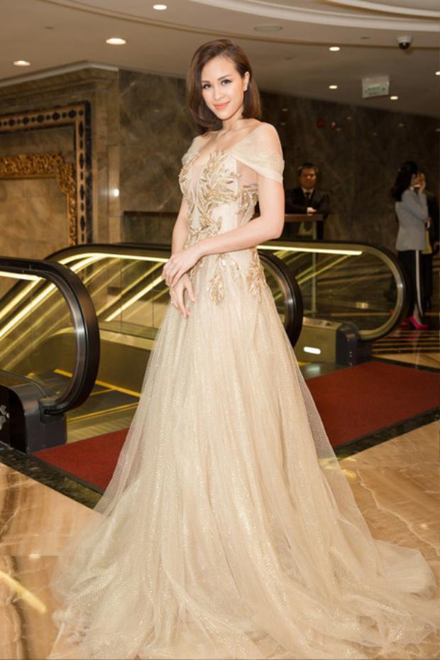 Rũ bỏ váy áo sexy, Phương Mai đem lại hình ảnh mới khi diện váy dạ hội màu vàng đồng tham dự sự kiện.