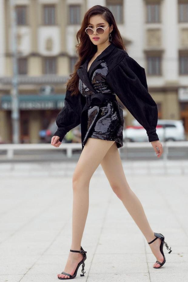 Thanh Thanh Huyền trở thành tâm điểm ánh nhìn với đầm ngắn sequin mix cùng giày cao gót YSL.