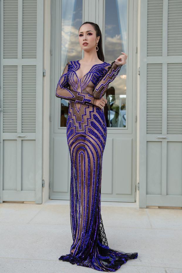Cùng khoe sắc tại Cannes, Vũ Ngọc Anh khiến khán giả bỏng mắt khi lựa chọn chiếc váy ôm sát, mỏng như sương nhằm tôn triệt để vẻ đẹp hình thể. Tuy nhiên, cách đính kết có chủ đích giúp người đẹp trở nên gợi cảm, sexy hết mực mà lại chẳng hề phô phang.