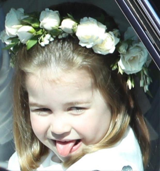 Biểu cảm đáng yêu của Công chúa Charlotte, 3 tuổi, khi ngồi trong xe hơi tới lâu đài Windsor để dự đám cưới Hoàng tử Harry. Cô bé là một trong 5 phù dâu nhí của cựu diễn viên người MỹMeghan Markle tại đám cưới. Ảnh: PA