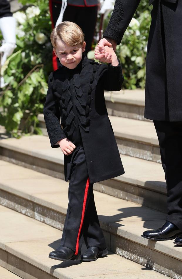 Hoàng tử George, 5 tuổi, mặc lễ phục đen. Ảnh: AFP