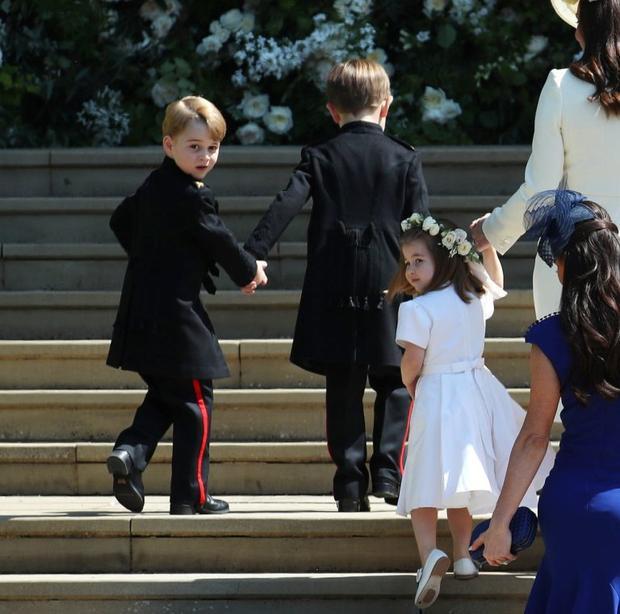 Đây không phải lần đầu tiên Công chúa Charlotte làm phù dâu. Trước đó, trong lễ cướiem gái Công nương Kate - Pippa hồi tháng 5 năm ngoái, cô bé cũng được giao nhiệm vụ làm phù dâu cho dì. Ảnh: Getty