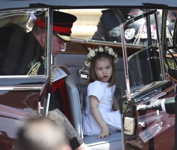 Cô công chúa nhỏ lên xe cùng cha rời lâu đài Windsor sau nghi lễ tại nhà nguyện. Ảnh: AFP